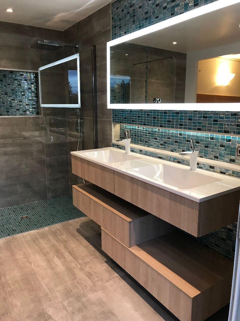 Albertus rénovation d'une salle de bain à Gap 05000 Hautes Alpes carrelage mosaïque bois meuble suspendu