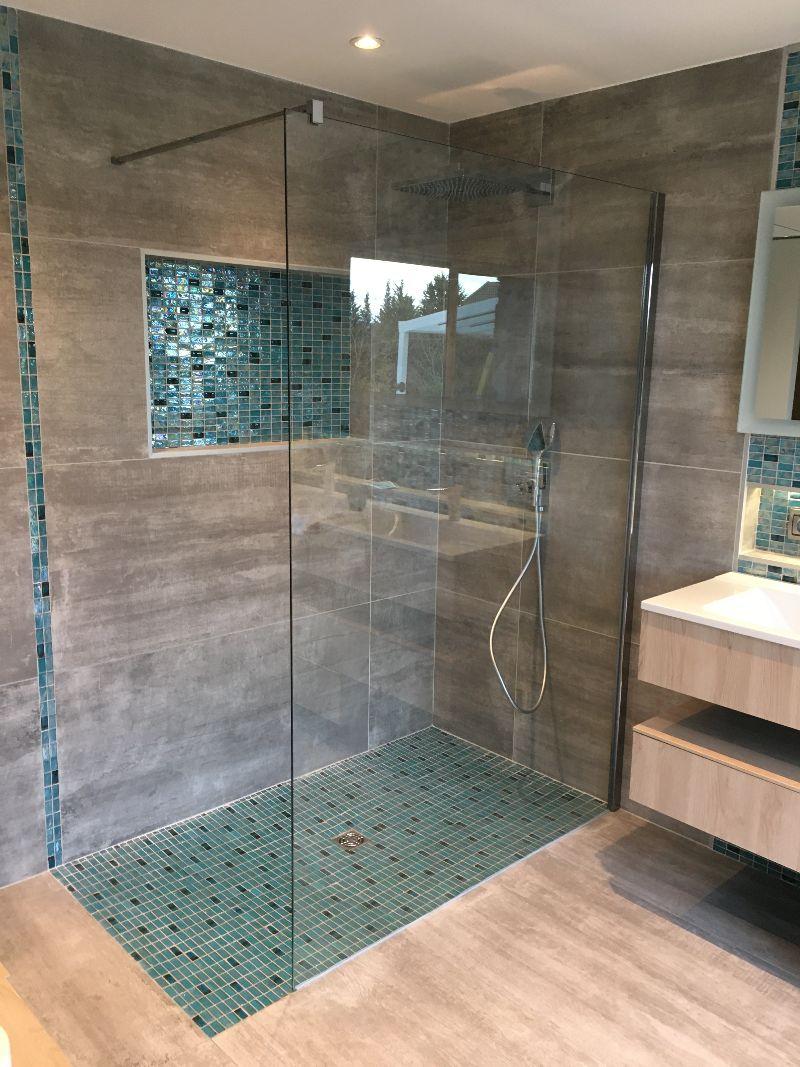 Albertus rénovation d'une salle de bain à Gap 05000 Hautes Alpes carrelage mosaïque bois paroi de douche douche à l'italienne