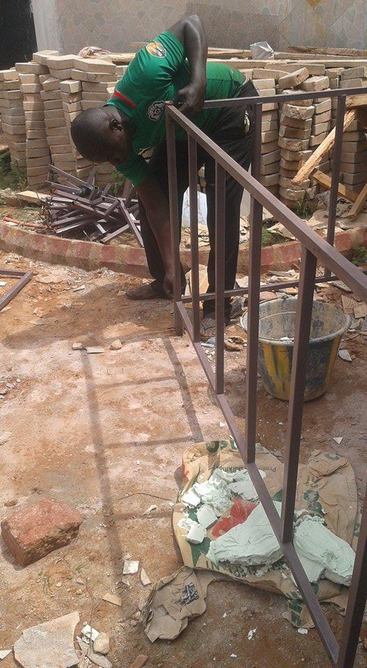 Fabrication d'une rembarde pour protéger les plantations devant le centre