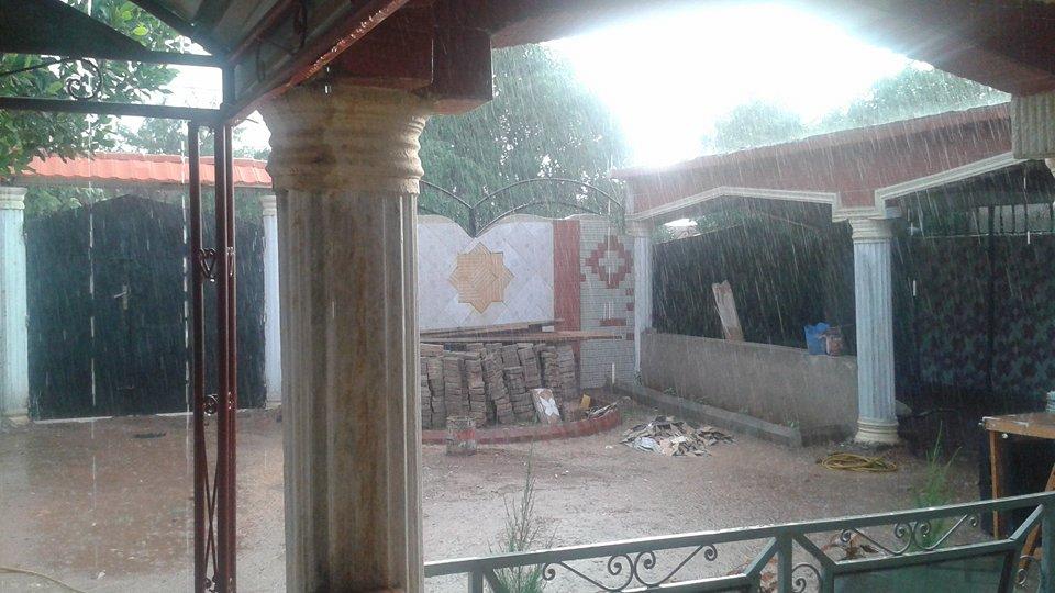 Cour intérieure sous la pluie