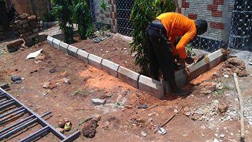 Fabrication d'une bordure pour les plantes devant le centre