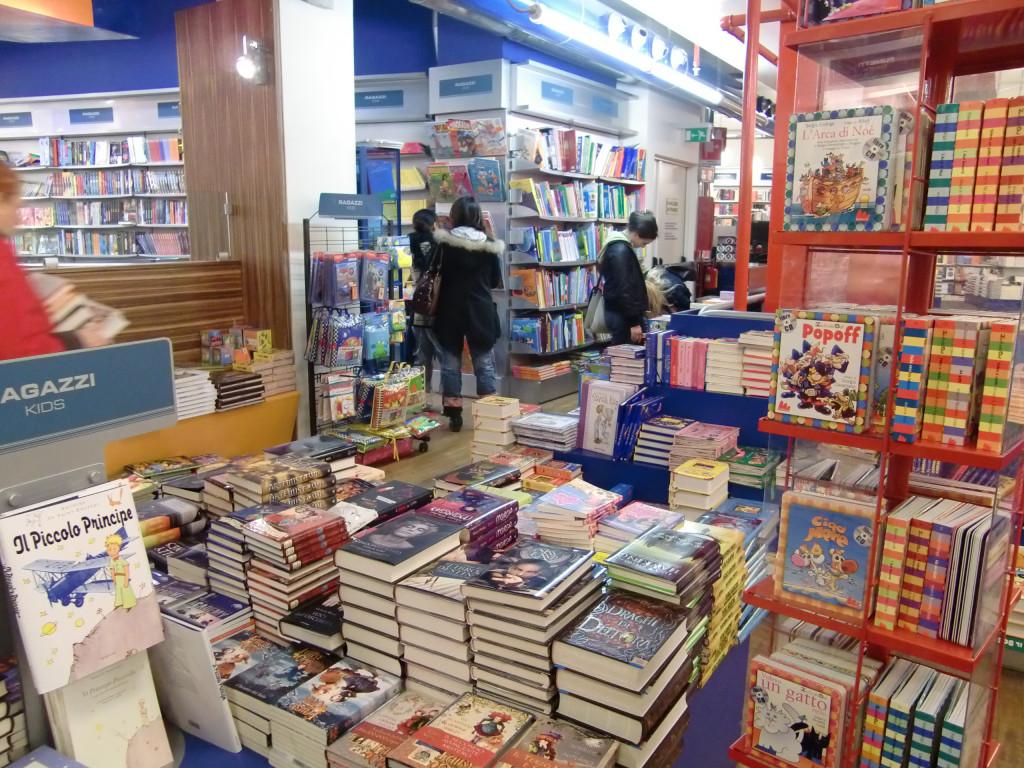本屋さん♪絵本数冊購入。早くも自制きかない