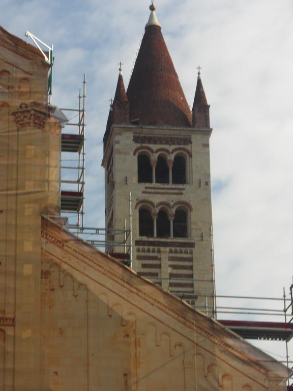確かサン・ゼーノ・マッジョーレ聖堂。外観は修復中でした