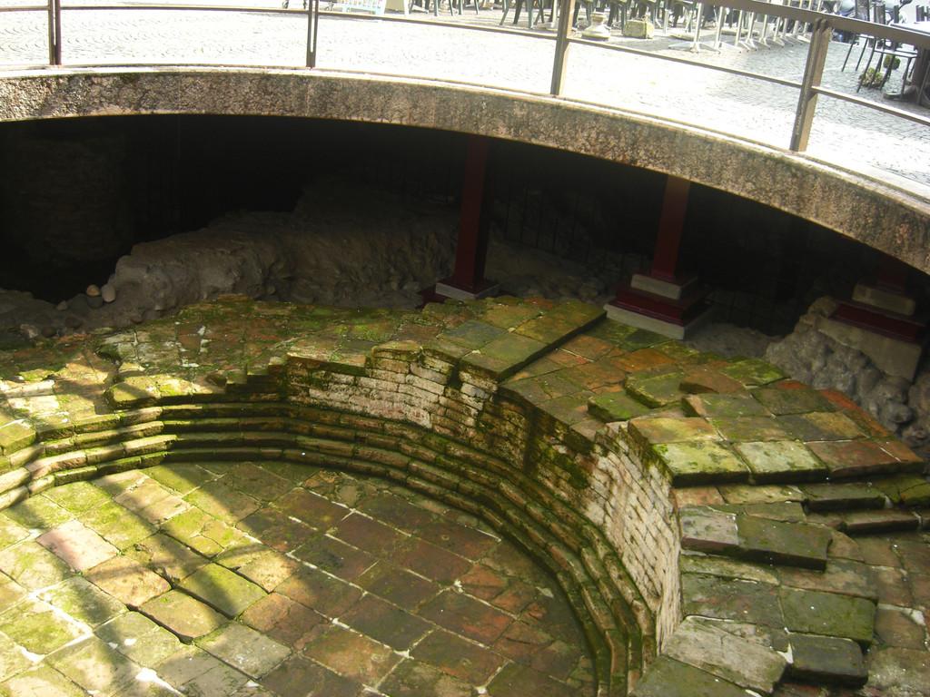この穴の下が非常に古い遺跡だそうです。簡単に人が落ちそうな感じでしたが…