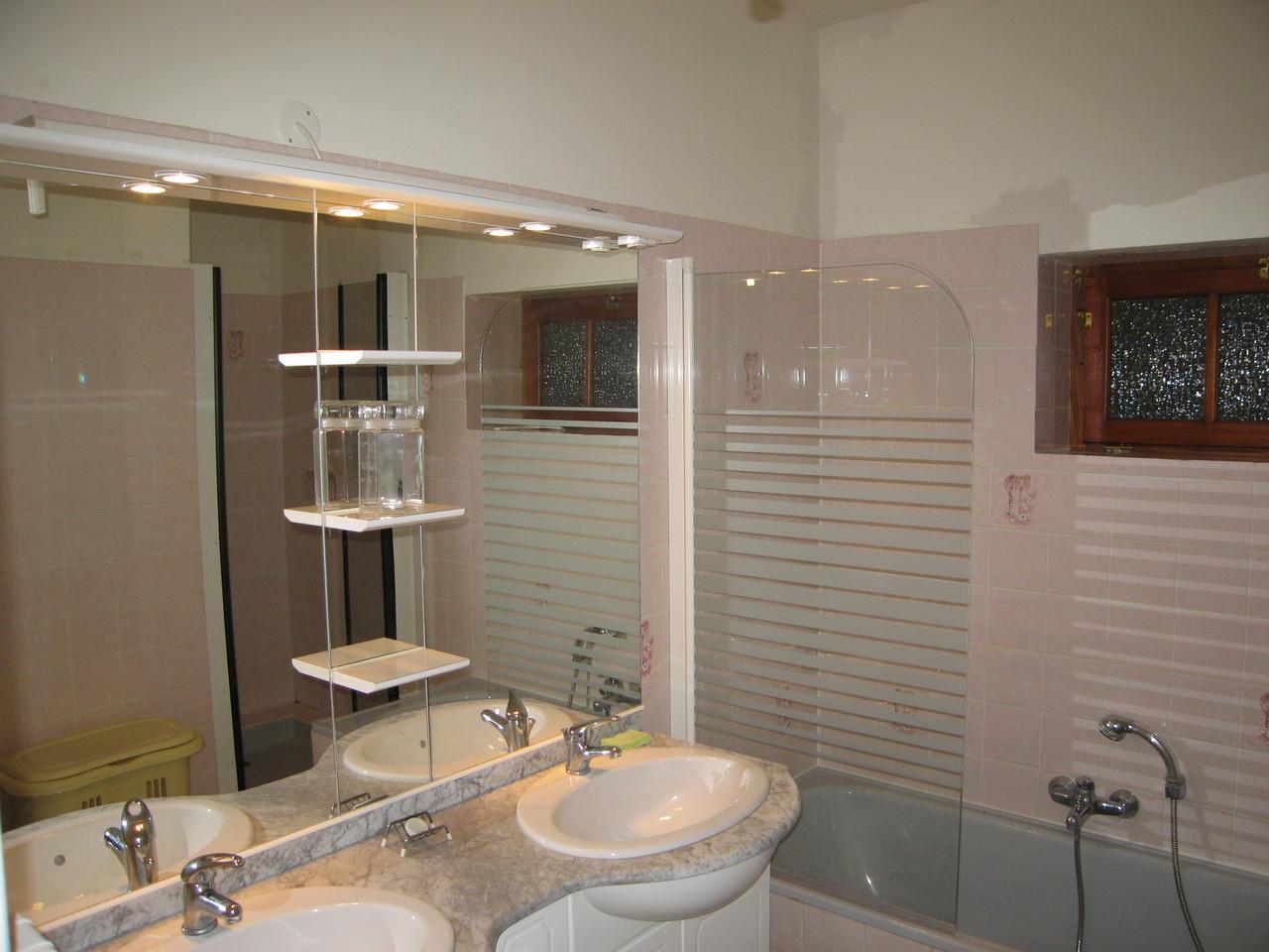 Une salle de bain (douche et bain séparés)