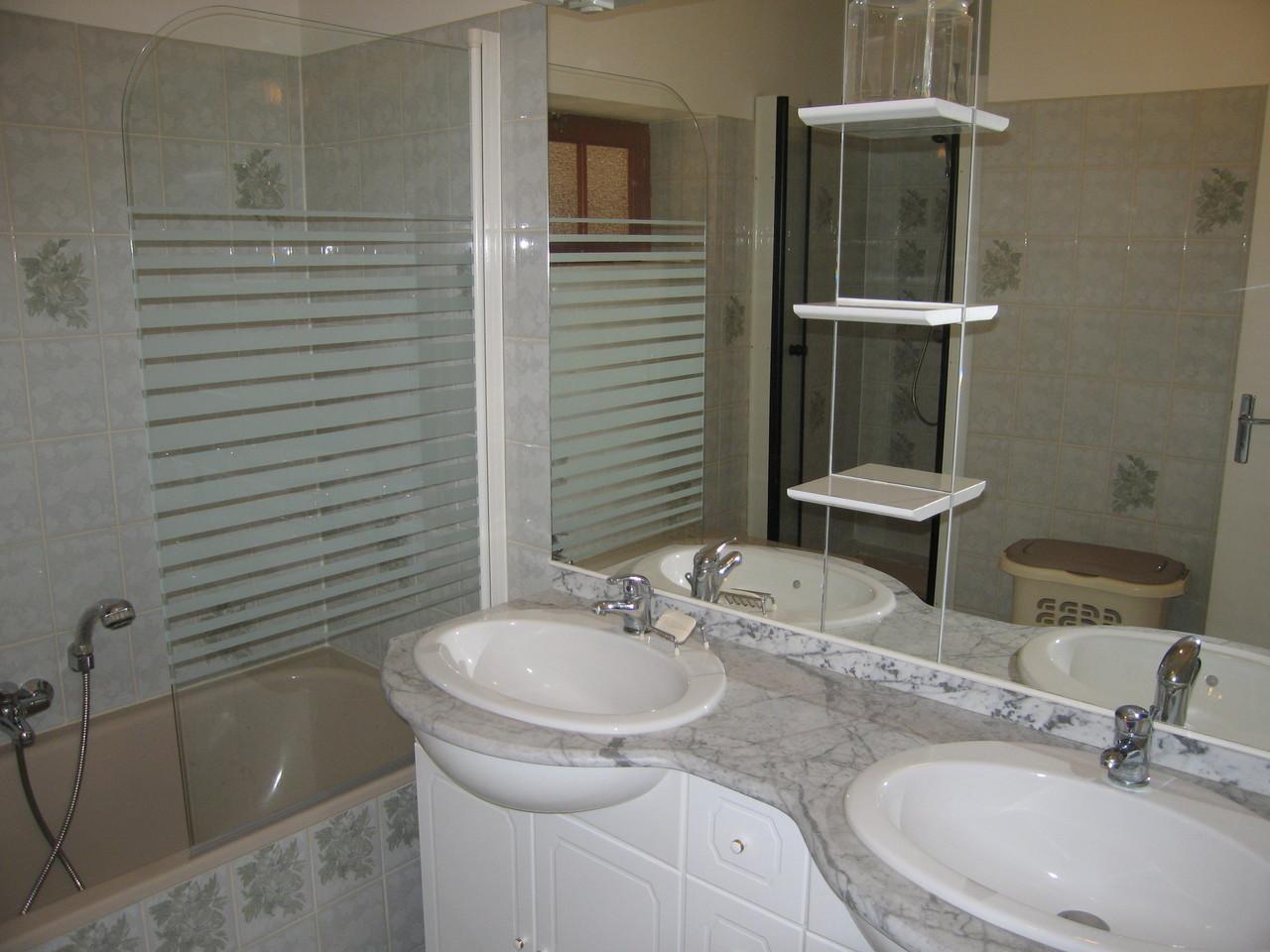 L'autre salle de bain (douche et bain séparés)
