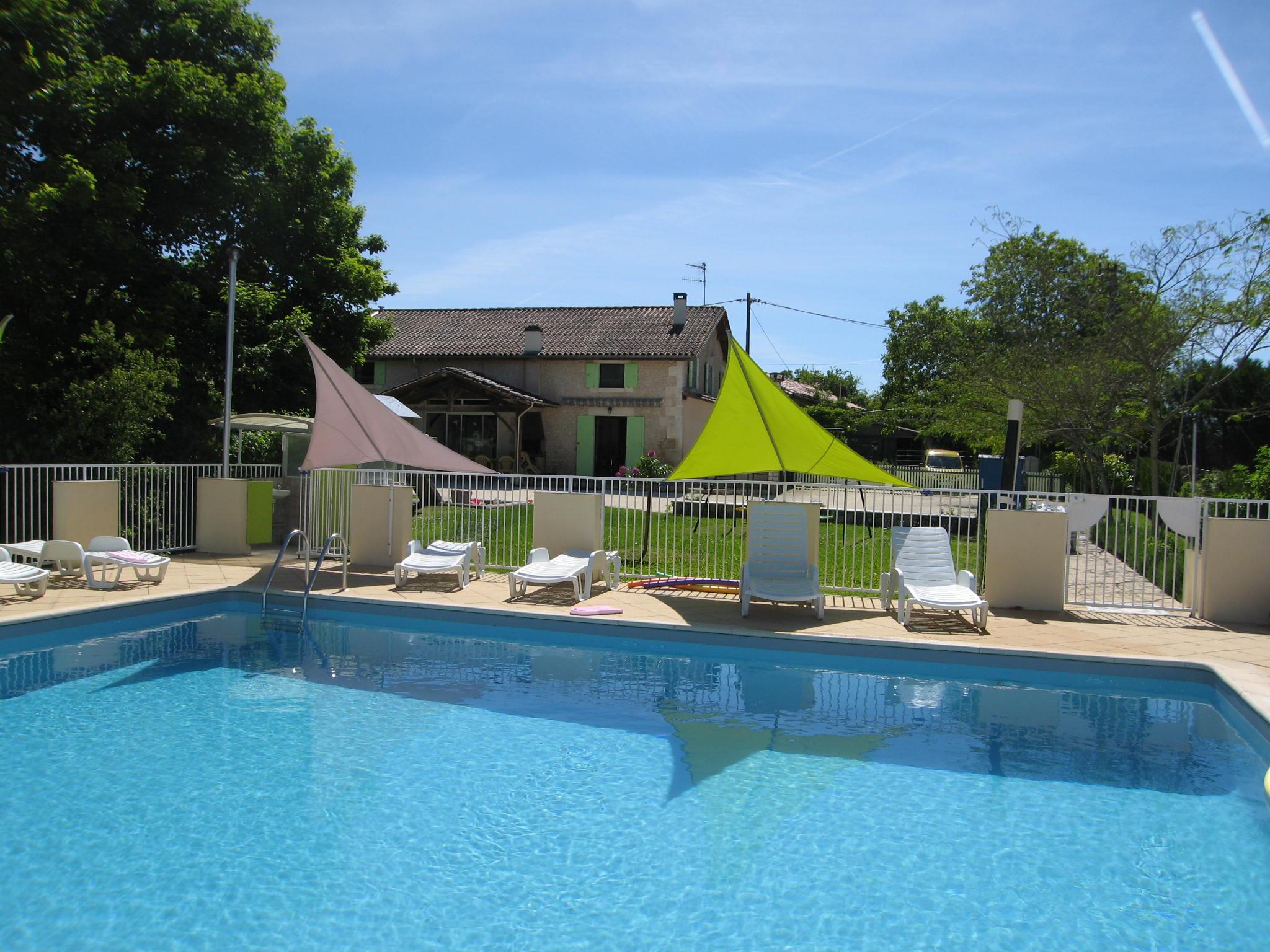 """De la piscine, vue sur la maison """"Coquelicots et violettes"""""""