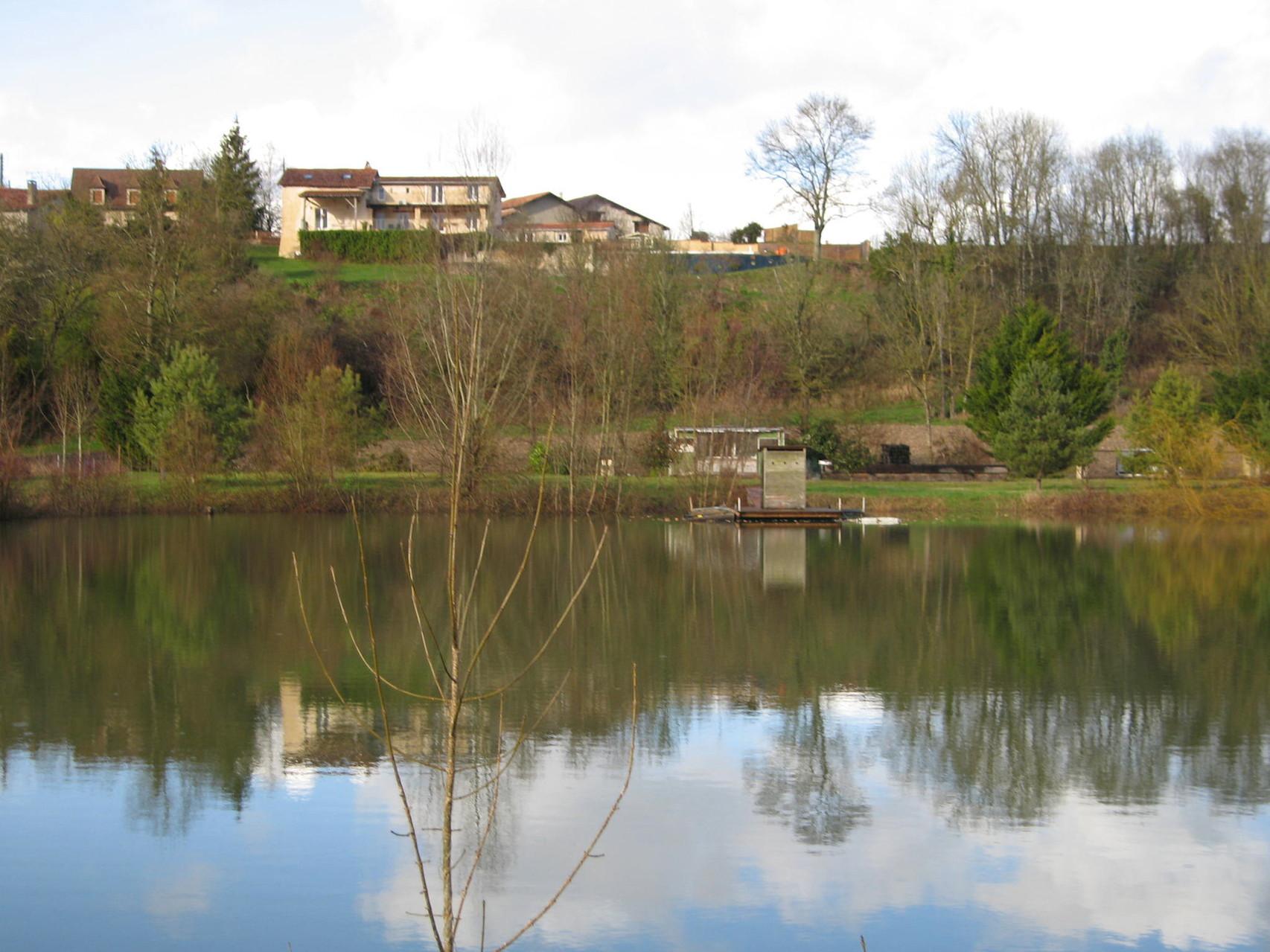 L'étang ; situé à 300m, non visible des maisons, entièrement clôturé, dispose d'une barque et d'un affût.