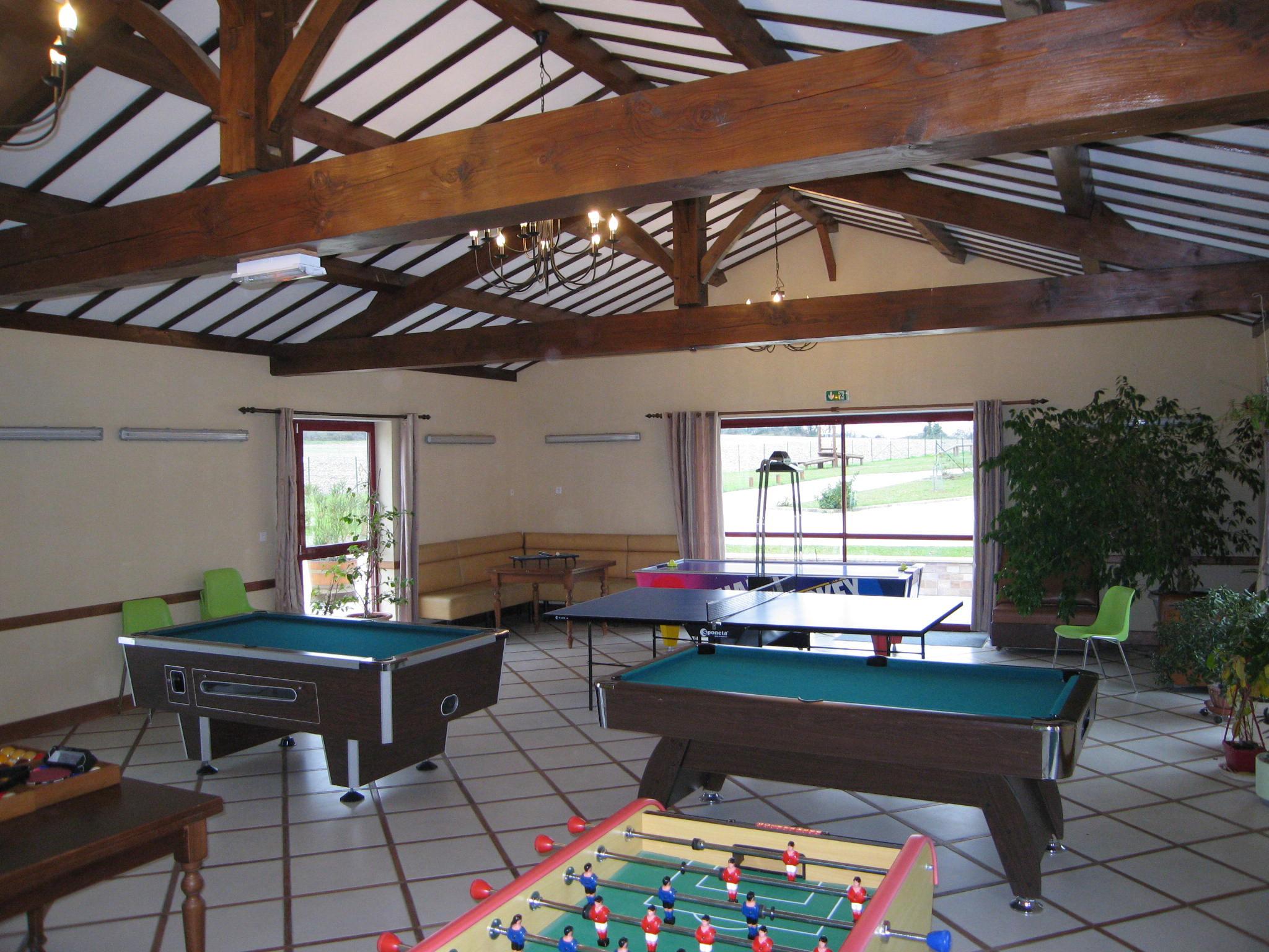 La salle de jeux à usage gratuit : air-hockey, baby-foot, billard russe, français et anglais, tennis de table.