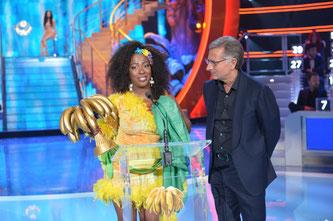 Paolo Bonolis e Rosana Copacabana vincitrice del Premio Speciale a Ciao Darwin Award 2016. Giudicati anche Miglior Look Best Look  Miglior esibizione Best Performance  Personaggio Televisivo Character of the year a Ciao Darwin7 canale 5 Mediaset