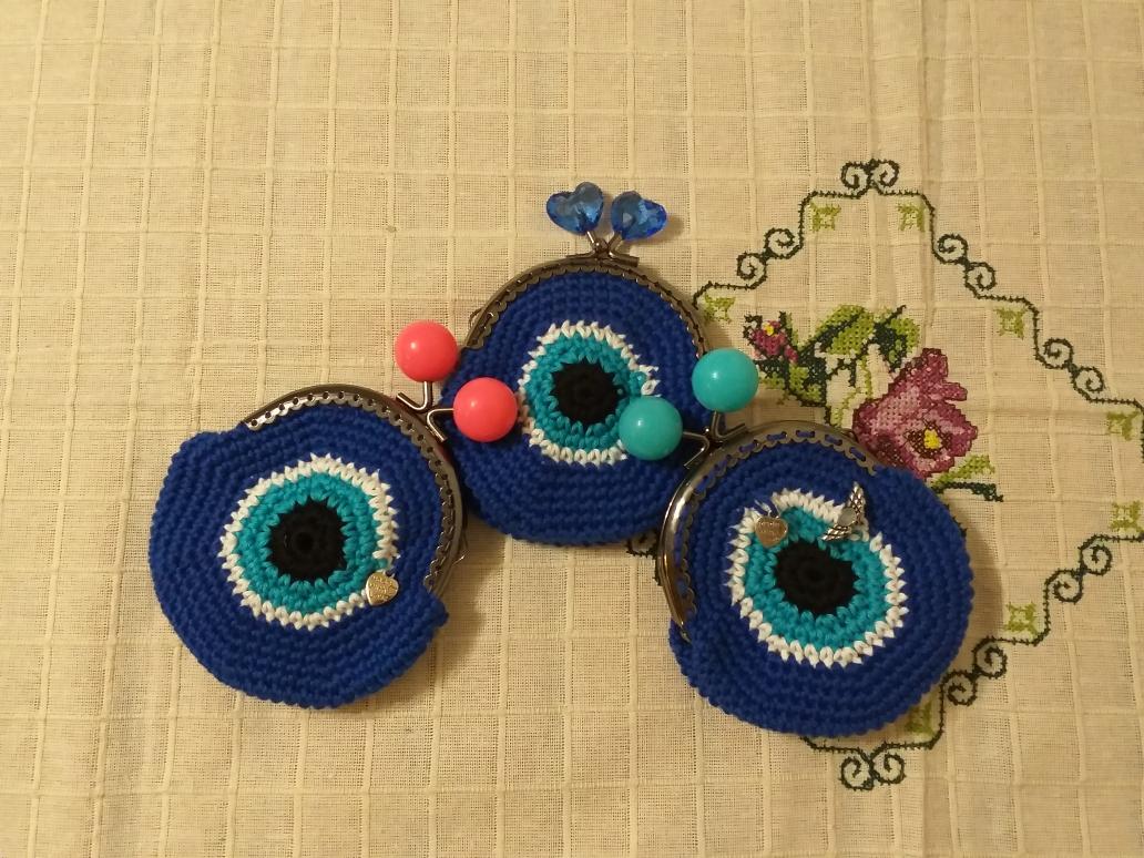 Handgefertigte Schl[sselanhanger und Geldbeutel in verschiedenen Farben und Grossen.