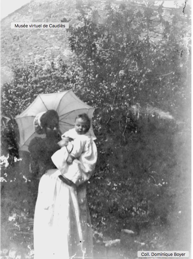 François Boyer (né en 1907) dans les bras de sa nourrice Honorine Mérou (de Rabouillet)  portant la coiffe