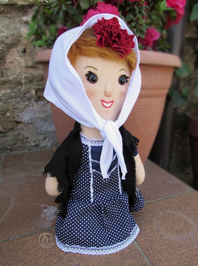Chulapa, traje regional, folk dress, spanish style, typical, muñeca, muñeca personalizada, muñeca de tela, handmade, felt, fieltro, felt doll, red roses, pañuelo, fular, hecho a mano, customm doll, personalizado