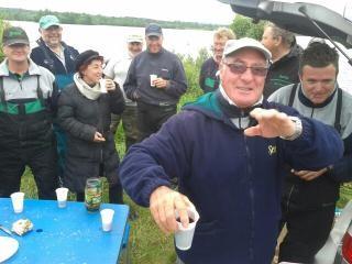 Le scoop du jour pour ne pas dire de l'année, Jean-Jacques en train de faire le service à la buvette.