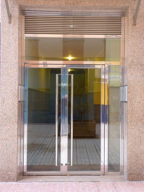 Puertas de entrada escaparates marquesinas for Puertas de acero inoxidable