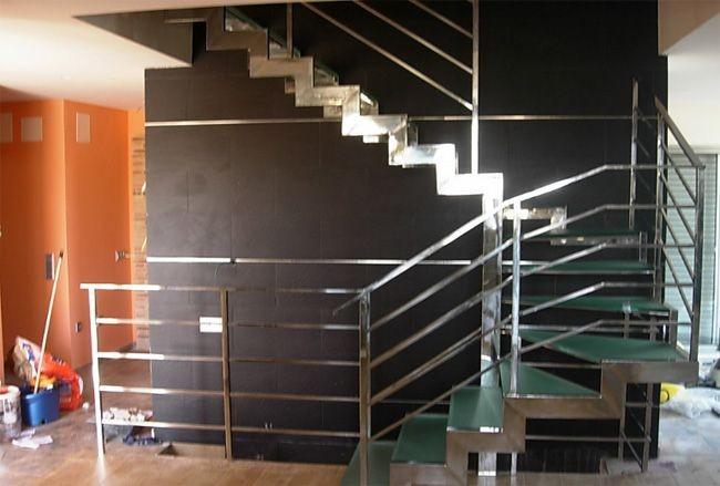 escalera con perfilado en acero inoxidable peldaos en cristal y barandilla en acero inoxidable