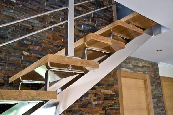 Escaleras metalicas escaleras laravid trabajos en acero - Escaleras con peldanos de madera ...