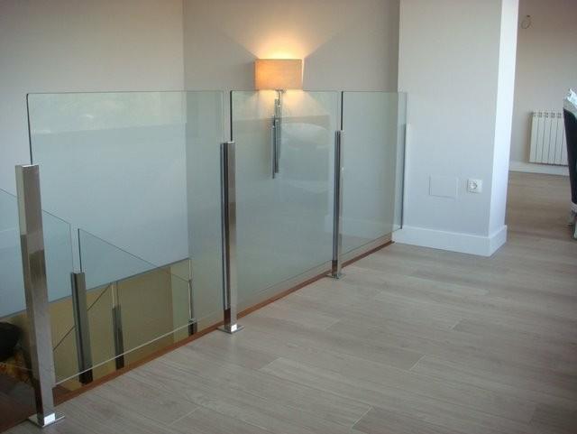 escaleras con pasamanos de cristal