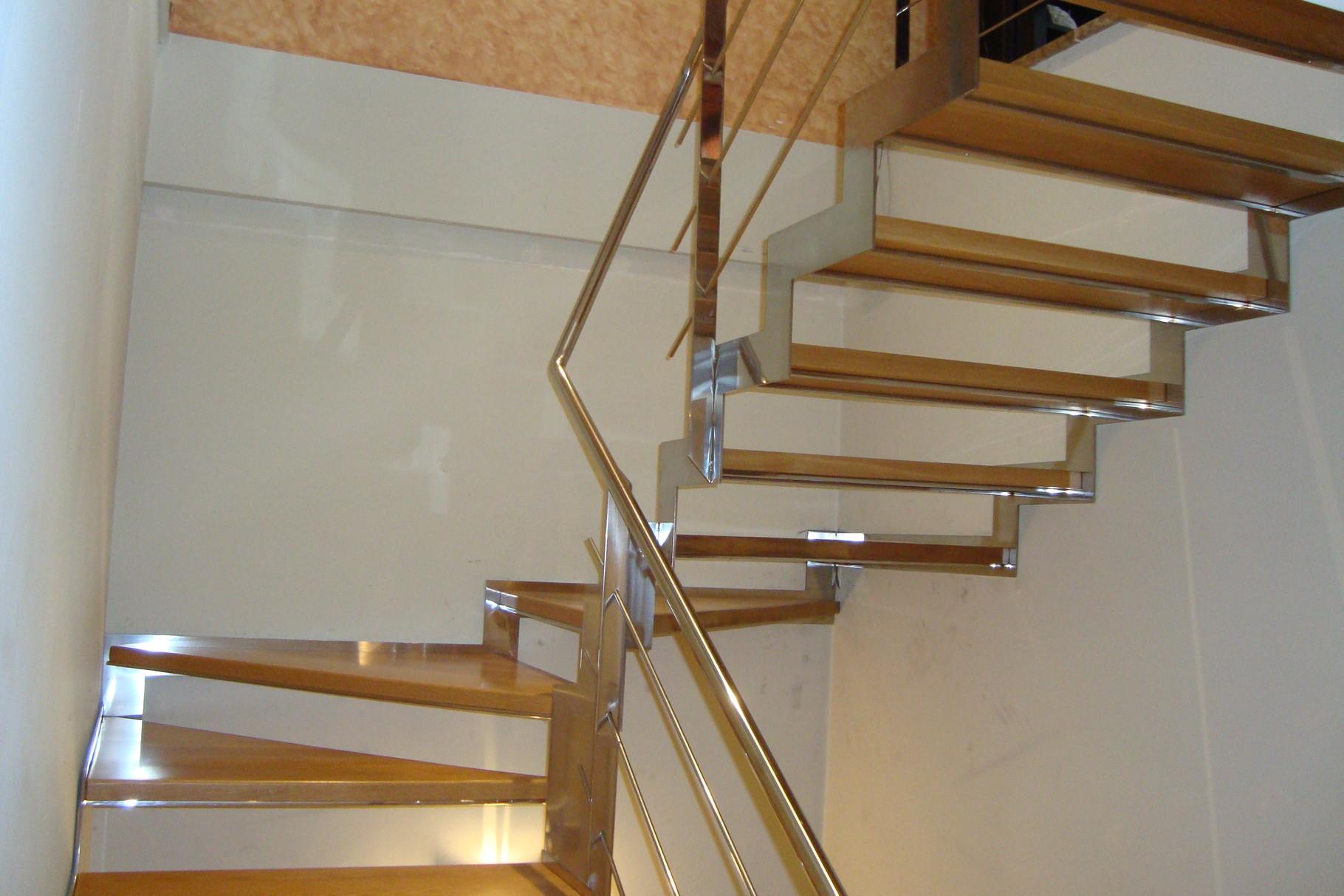 Escaleras laravid escaleras en acero trabajos en acero for Escaleras metalicas con madera