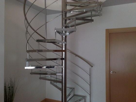 escalera helicoidal en acero inoxidable con peldaos de cristal perfilados en acero inoxidable