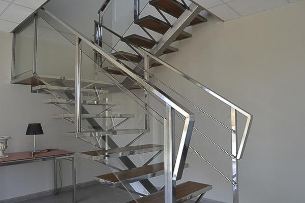 escalera de viga recta central en acero inoxidable con soportes para peldaos y barandilla en acero inoxidable
