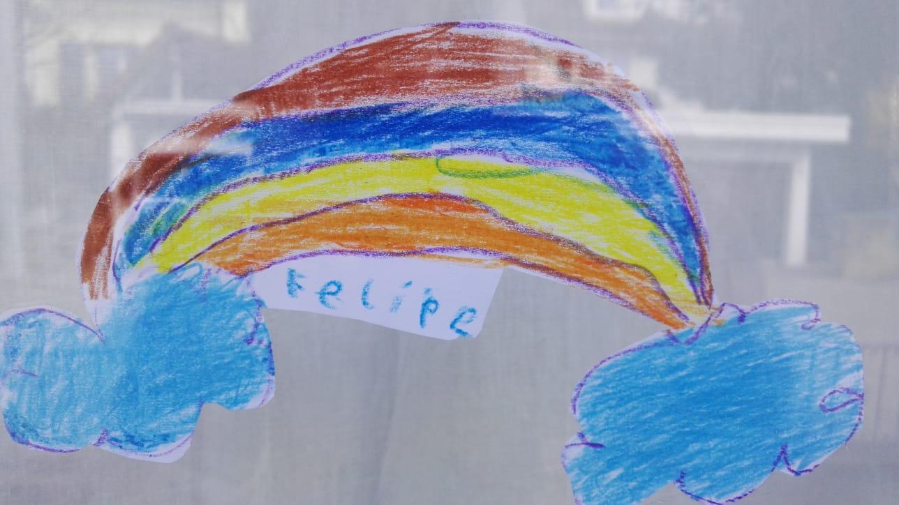Felipe aus der 1c verziert sein Fenster mit einem schönen Regenbogen.