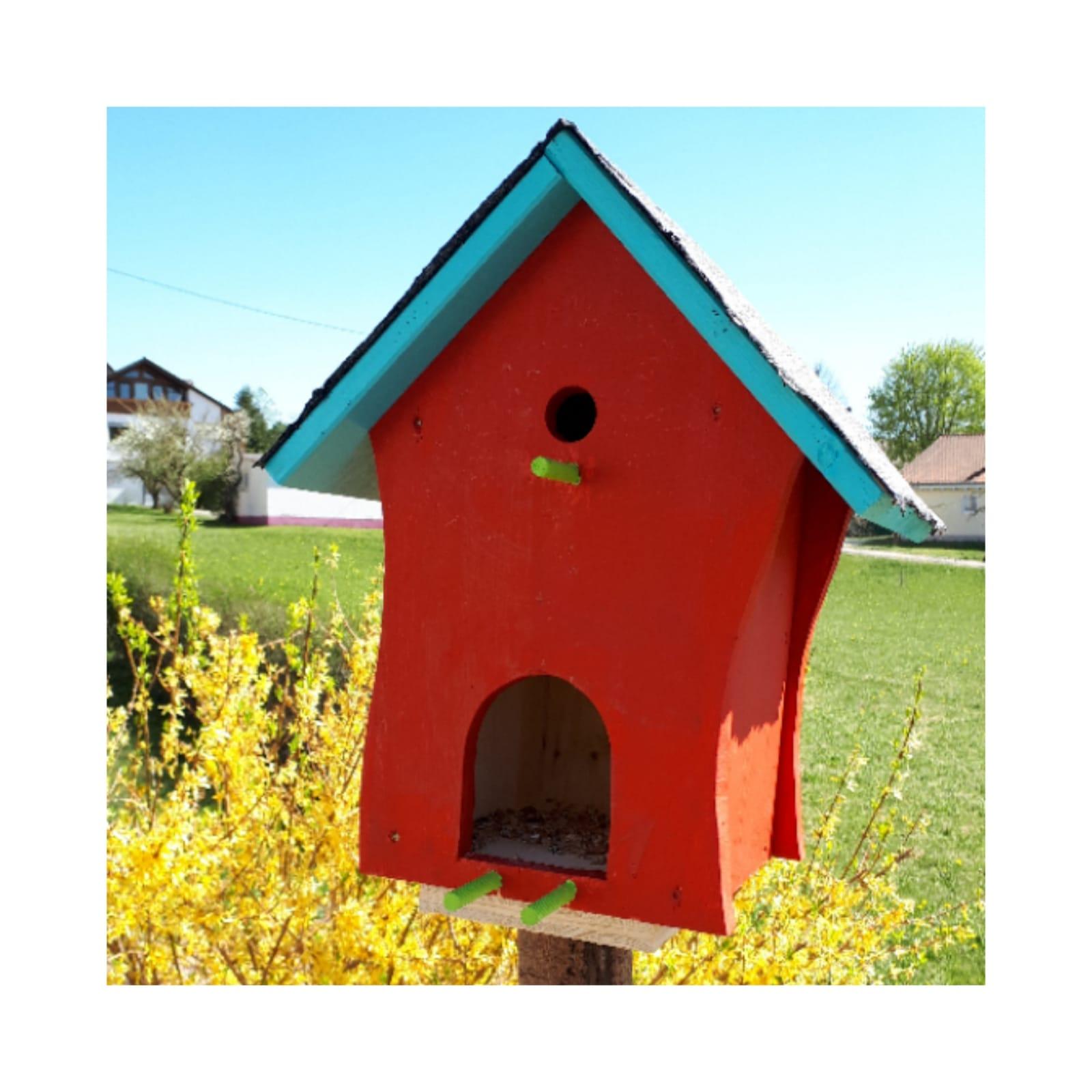 Frau Weiß gestaltet mit ihren Töchtern ein farbenfrohes Vogelhaus.