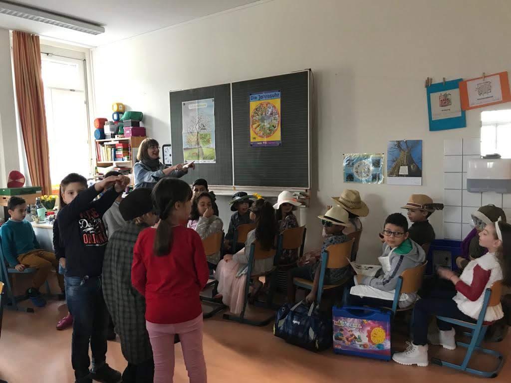 """Die Kinder sind bereit für das Stück """"Die Zwölf mit der Post"""" nach Hans Christian Andersen."""
