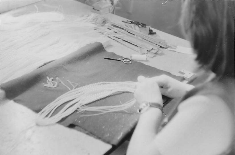 1950: MARKENNAME Es wurde eine neu entwickelte Imitationsperle mit irisierender Qualität geschaffen und diese unter den Markennamen LORENA® vertrieben.