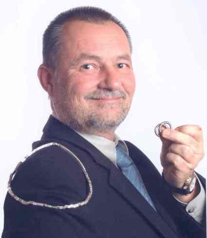 1990: UMBRUCH ZU SILBERSCHMUCK  Ralf Brditschka in 4. Generation baute die Marke Lorena stetig auf. Durch den Sprung von Bijouterie zu Qualitätsschmuck in Silber mit echten Steinen wurde Ralf Brditschka in der Schmuckbranche mehrfach Preisgekrönt.