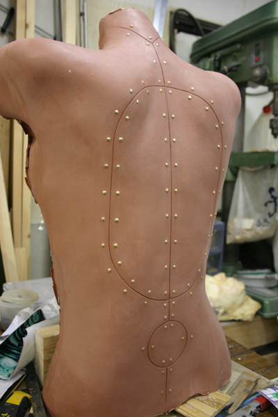 完成デザイン画を元に皮膚、内部メカの彫刻、型どり、各素材に置き換え仕上げて行きます