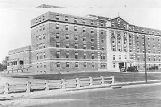 ¿Cuáles fueron las implicaciones del trabajo en los hospitales de Akron y Nueva York?