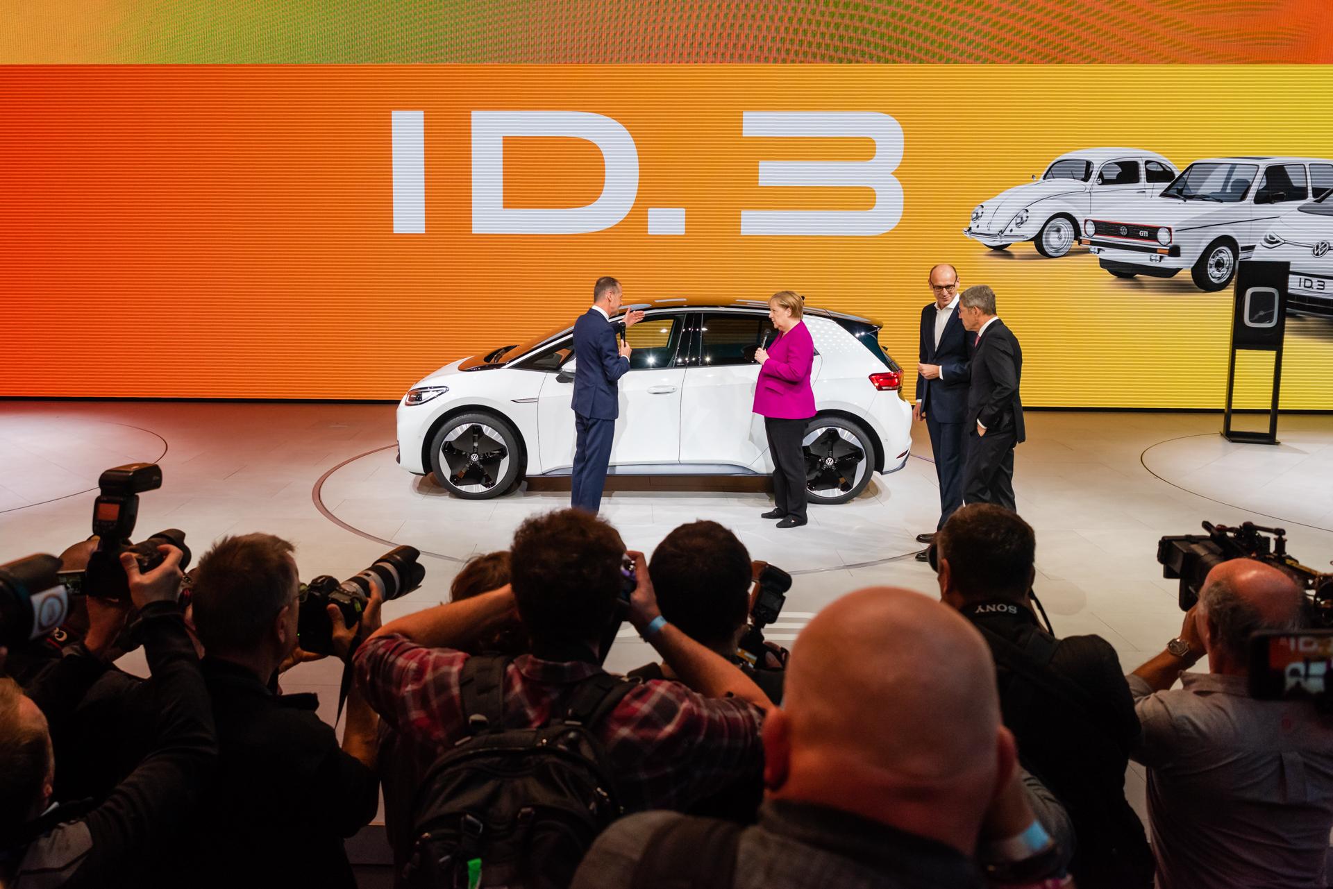 Kanzlerin Merkel bei Volkswagen auf der IAA 2019