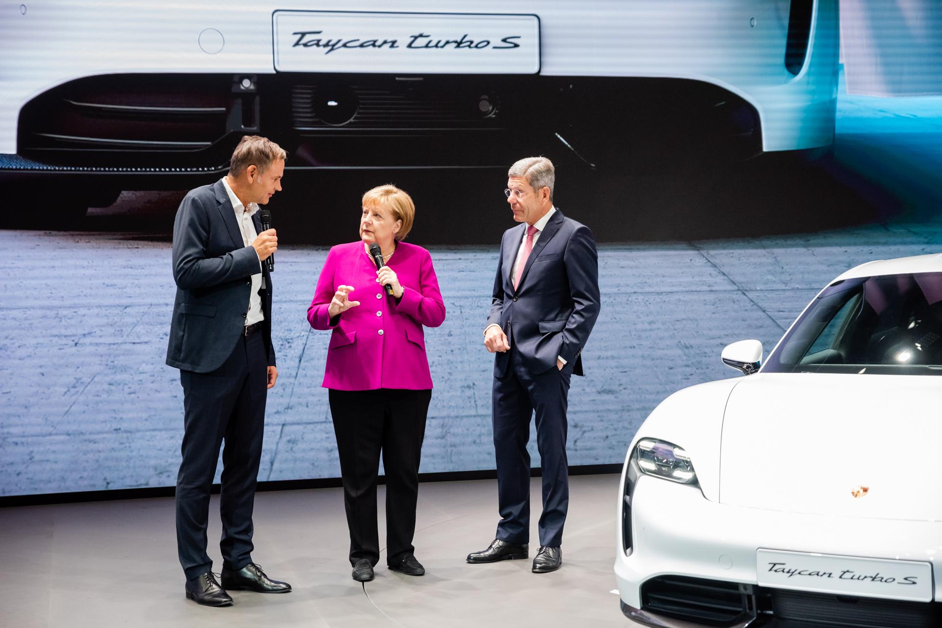 Angela Merkel bei Porsche auf der IAA 2019