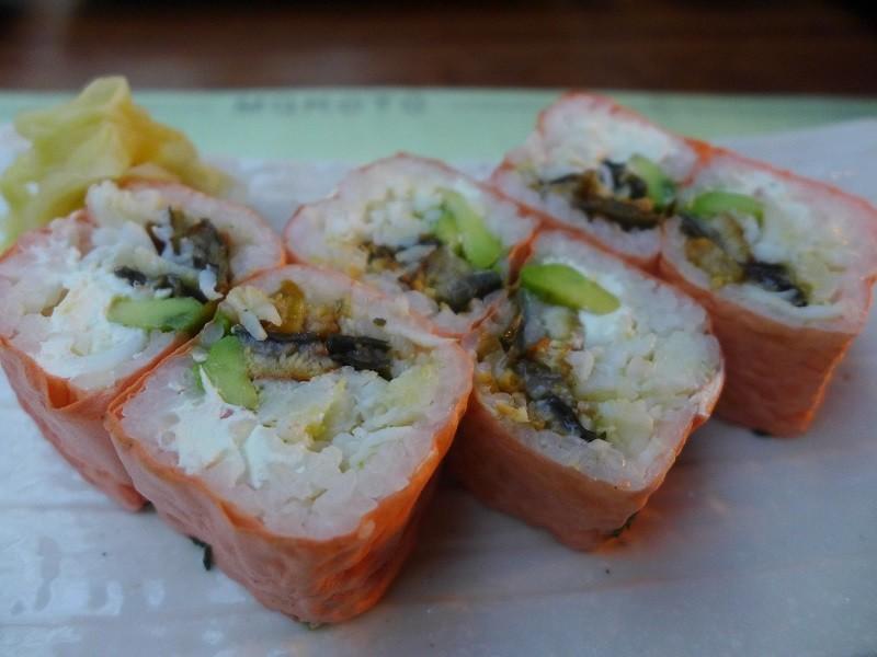 【まめロールという名前の 穴子(アナゴ)入り巻寿司。 チーズも具の中に入っているというのが日本人的には 違和感があります。】