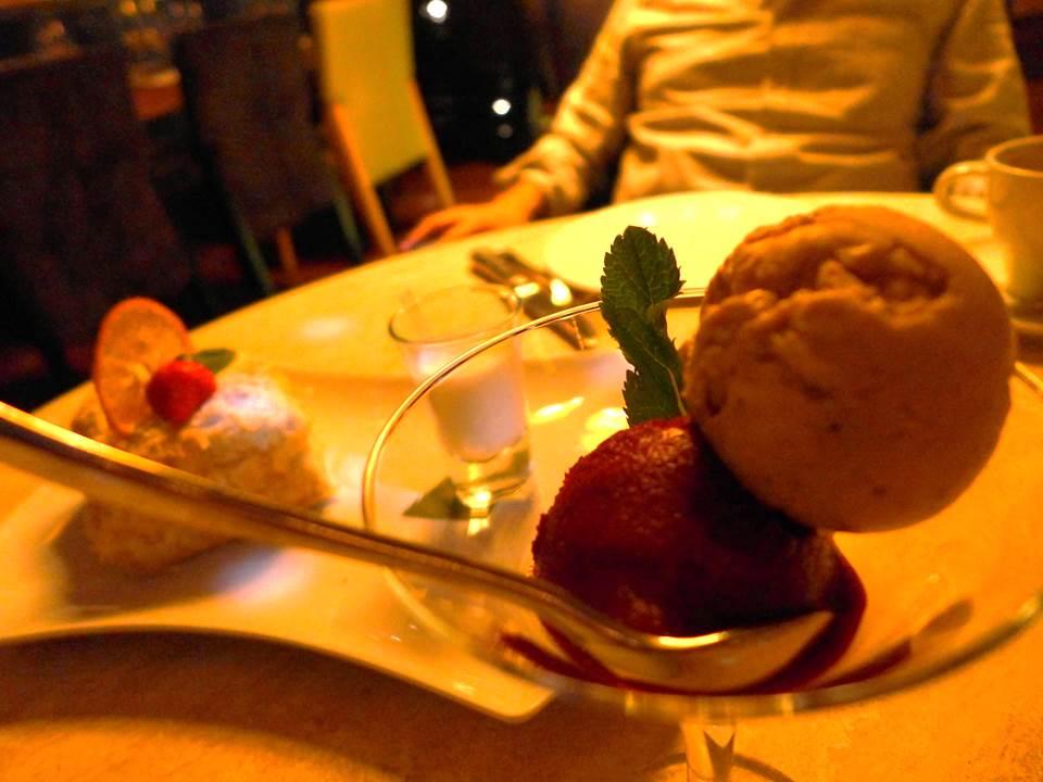 ⑥黒パンから作られた アイス(上)とナポレオンケーキ(左)