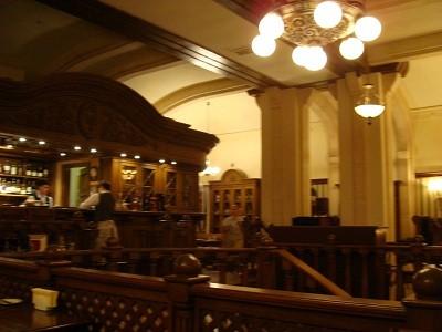 ジビエ料理の店。どこかの家のような内装で、若くてイケメンのボーイさんがサービスしてくれます。