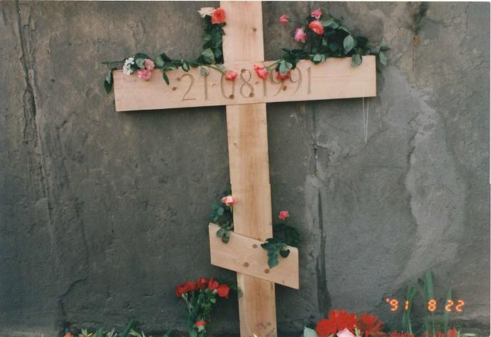 クーデターで犠牲になった市民を悼む
