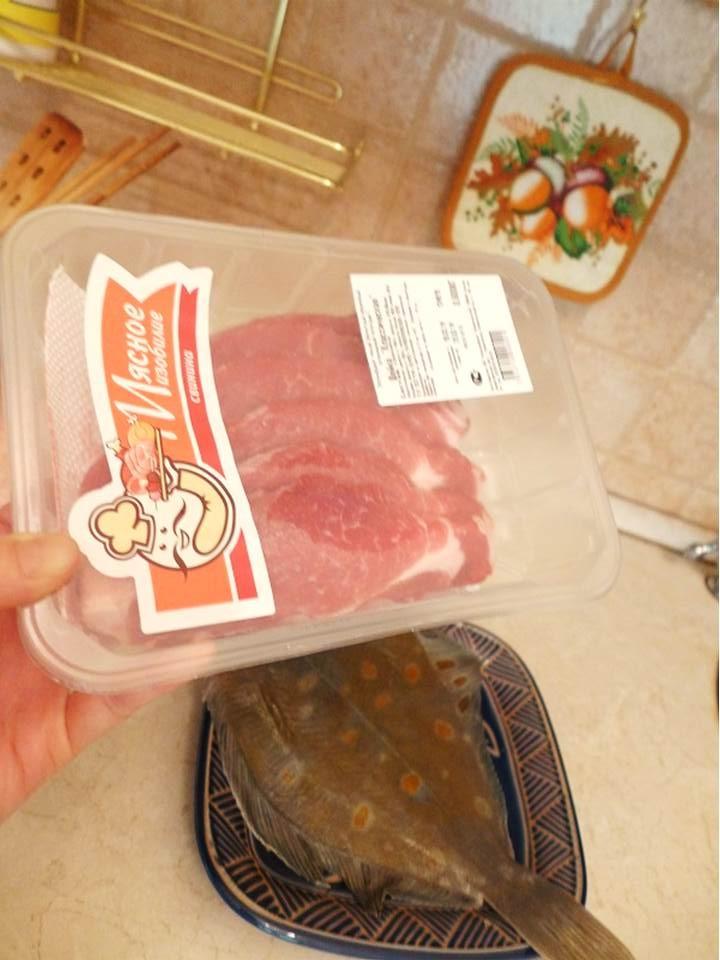 【モスクワで売っている鰈(カレイ)は オレンジの斑点のある種類が多い。 和風に煮つけでもおいしい。 真ん中の肉の方がどうしてもコストパフォーマンスがいいですね。】