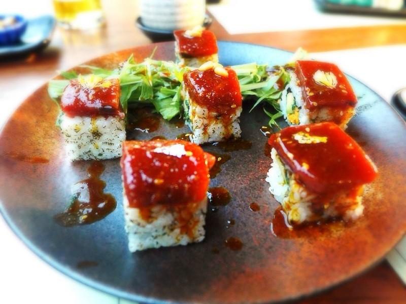【日本食レストランの メニューにある、漬け鮪(マグロ)に金粉をふりかけた寿司。】