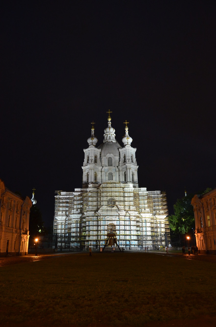 夜のスモリヌィ-聖堂
