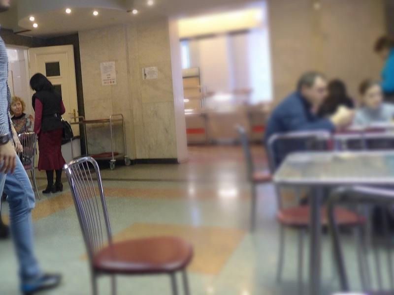 学食で生徒と一緒に食事をされる名教授