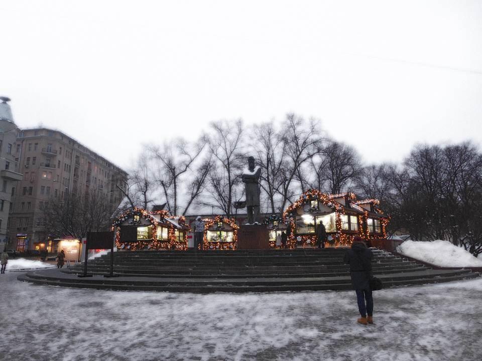 地下鉄駅そばにできたクリスマスマーケット