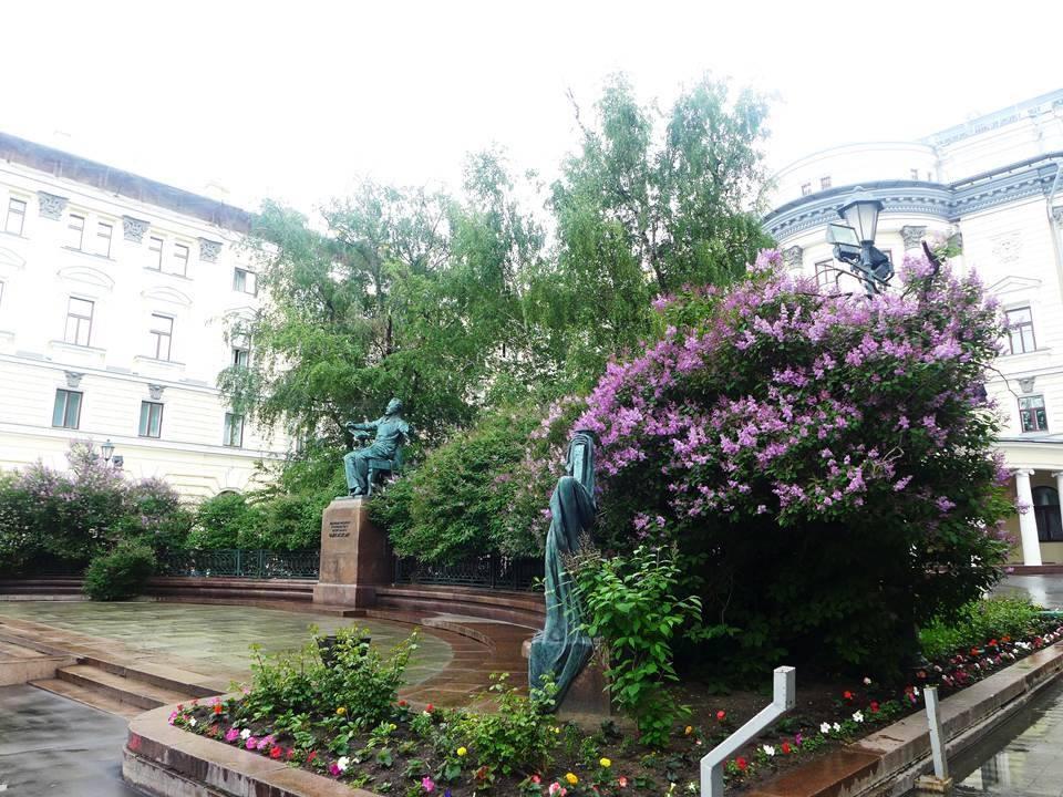 今年5月の音楽院。チャイコフスキー像と ライラック。ここで、ピアノとヴァイオリンのコンクールが行われます。