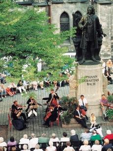 バッハ像前で行われる夏の屋外コンサート(OJゆかりのライプツィッヒ)