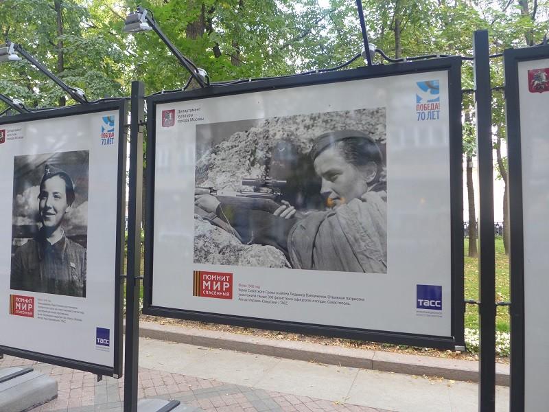 ①モスクワ中心部にある並木通りに第二次世界大戦で活躍した女性の写真が展示されている。その1枚から。女性スナイパー、リュドミラ・パヴリチェンコの写真。ソ連邦英雄の称号を持ち、300人以上のファシスト将兵を粛清したとある。