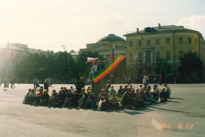 モスクワ大学旧館前で 自由を謳歌する市民。 三色旗がいたるところに掲げられた。 ※バリケードといい、三色旗(当時の国旗は赤旗)といい、瞬時にどこで調達したのか?