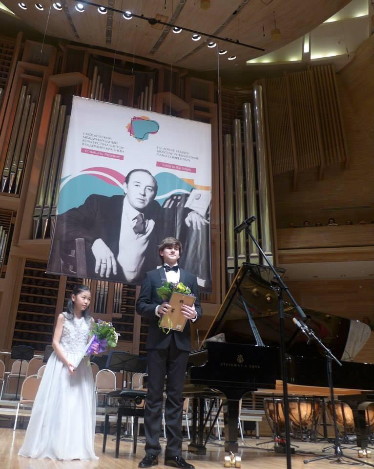 ③クライネフ・コンクールの表彰式とガラコンサート。指揮者はスピヴァコフ。一緒に写っている少年(16歳)はクライネフのシニア部門で優勝し、かつ、チャイコフスキーコンクールでも3位になったダニール・ハリトーノフ。