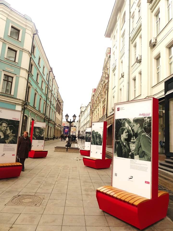 ②戦争で失った身内の写真を掲げて赤の広場を行進する人々。 写真は「リア・ノーヴォスチ」通信より