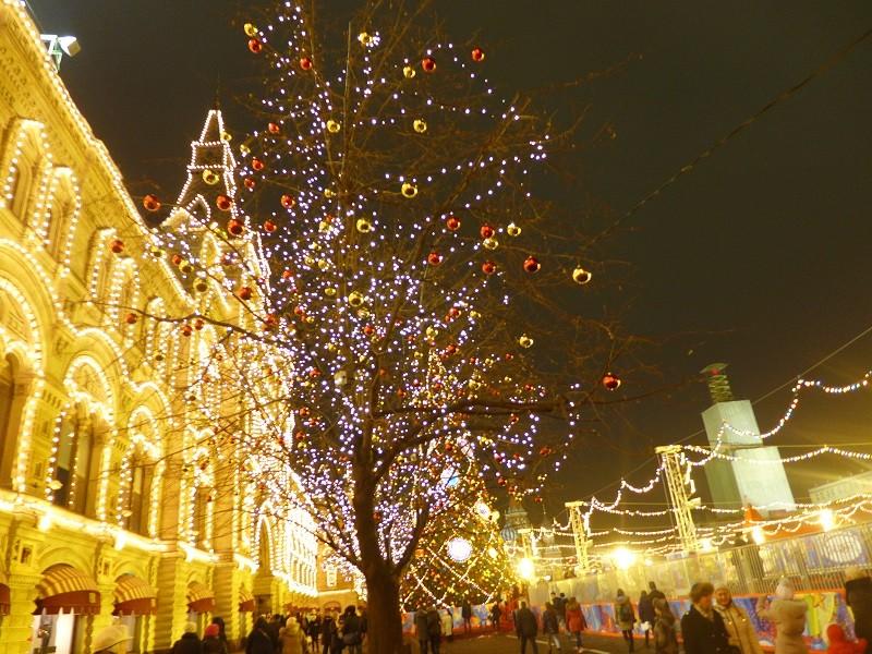 夜の赤の広場。左は老舗百貨店のグム